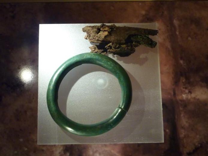 Een van de twee enkelbanden uit het vorstengraf samen met het enige botfragment dat is gevonden. foto Peter van Erp/BD