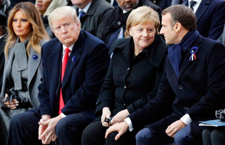 ►De Amerikaanse president Donald Trump, de Duitse kanselier Angela Merkel en de Franse president Emmanuel Macron tijdens de ceremonie in Parijs. Beeld AFP