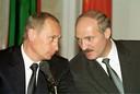 Aleksandr Loekasjenko (rechts) met de Russische leider Vladimir Poetin in 2002.