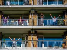 Fit tijdens de coronacrisis: coaches laten Maassluizers en Schiedammers volop bewegen op balkon