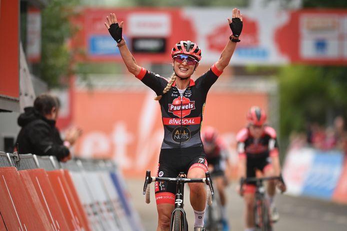 Denise Betsema juicht na het winnen van de Rapencross.