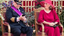 Prins Laurent haalt smartphone boven tijdens militair defilé