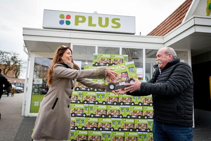 Daphne Voorhuis van Sociaal Twente krijgt pakketten overhandigd door Tom Moen.