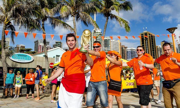2014-06-29 13:02:25 FORTALEZA - Oranjesupporters vieren, in aanloop naar de achtste finales van het WK tussen Nederland en Mexico, alvast een feestje op het Oranjeplein in de Braziliaanse badplaats Fortaleza. ANP KOEN VAN WEEL fifaworldcup2014 Beeld ANP