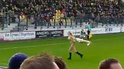 Streaker loopt voetbalveld op, maar voor één keer is het geen man (tot groot jolijt van supporters)