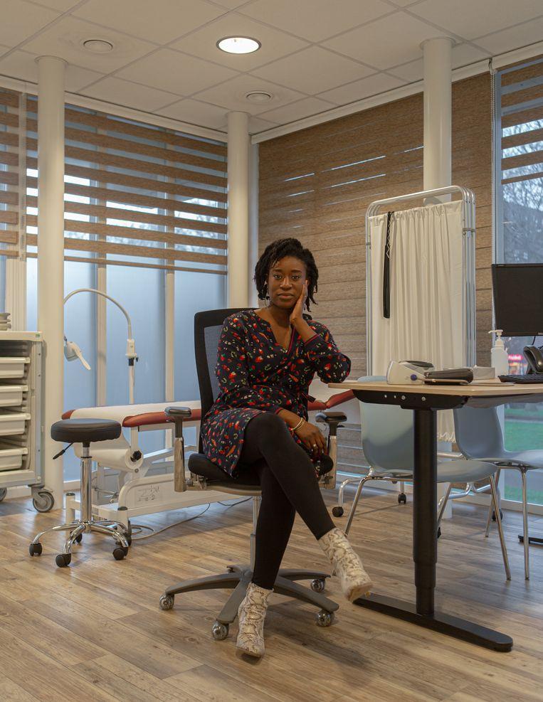 Addy van der Woude houdt praktijk in Zuidoost. Beeld Desiré van den Berg