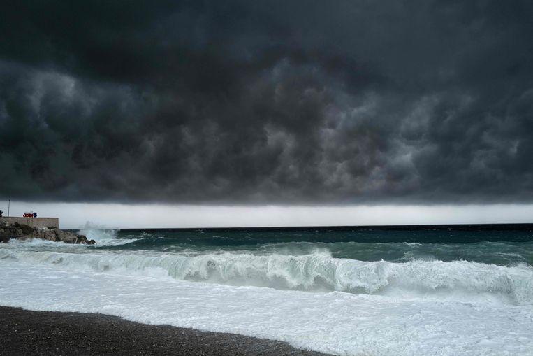 In en rond Nice zorgde hevige regenval voor problemen. Beeld AFP