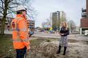 Projectmanager Anke Olthuis van gemeente in gesprek met Roderik Jongeling van TWW (Twentse Weg en Waterbouw) op het Fazantplein.