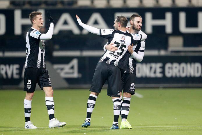 Doelpunt: Ahmed Kutucu vindt Delano Burgzorg en die brengt Heracles de overwinning. Hier viert de nieuwe spits (nummer 25) dat met Marco Rente en Lucas Schoofs (links).