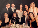 Bruiloft van Robert Augspach (staand tweede van links) en Fatima Gobbi (staand midden), met rechtsboven Máxima.