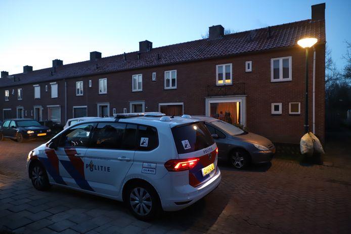 De politie doet onderzoek na een melding van een woningoverval.