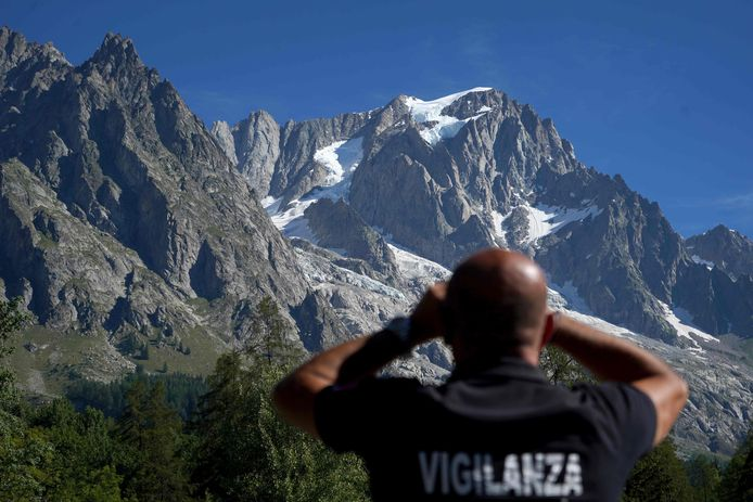 """Un volume de glace estimé à 500.000 mètres cubes - soit la """"taille de la cathédrale de Milan"""" - menaçait de s'ébouler."""
