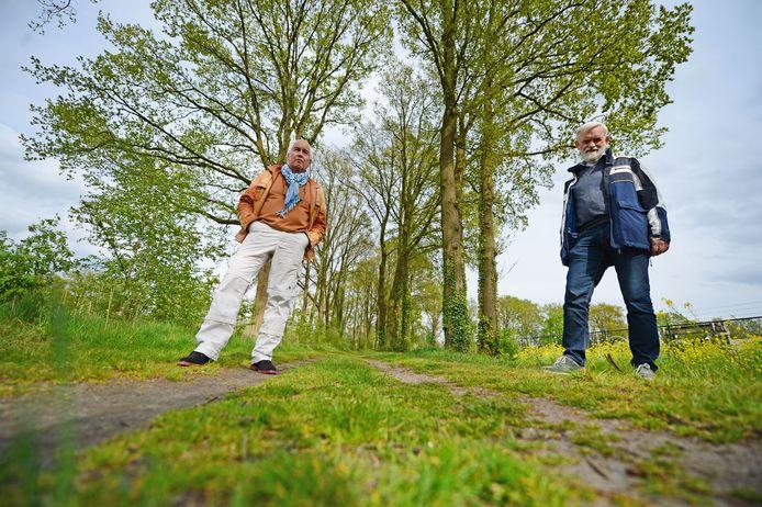 """Marinus Trommel (rechts) en Ron van Hutten van de Stichting Duurzaam Almelo bij een eikenlaantje, potentieel leefgebied van de eikenprocessierups: """"Laat de natuur zijn werk doen""""."""