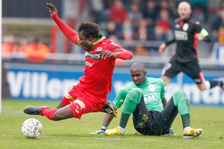 Coulibaly gaat over het been van Thuram... Beeld BELGA
