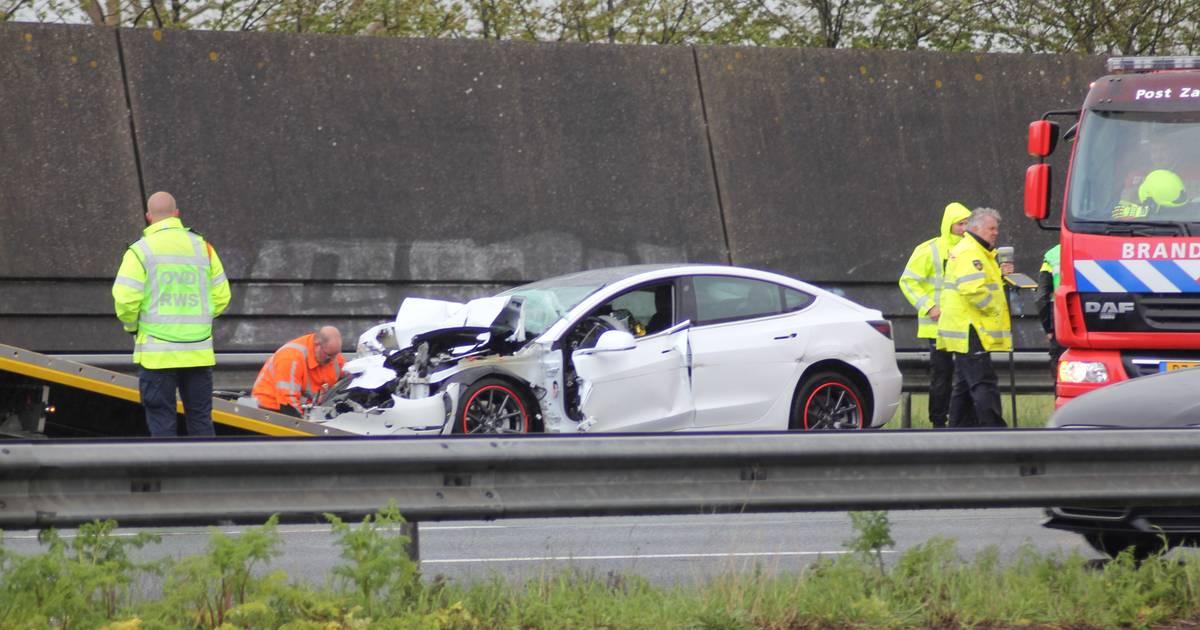 A2 deels dicht na ongeval, traumahelikopter landt op snelweg.