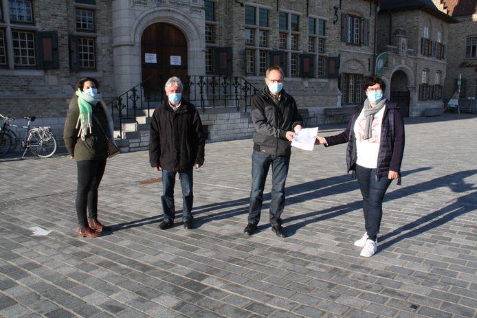 Bewonersplatform Esen geeft de petitie af en vraagt een veilig fietspad. Van links:  bewoonster Melissa Monteyne, schepen Marc Deprez, voorzitter Karel Van der Meeren en burgemeester Lies Laridon