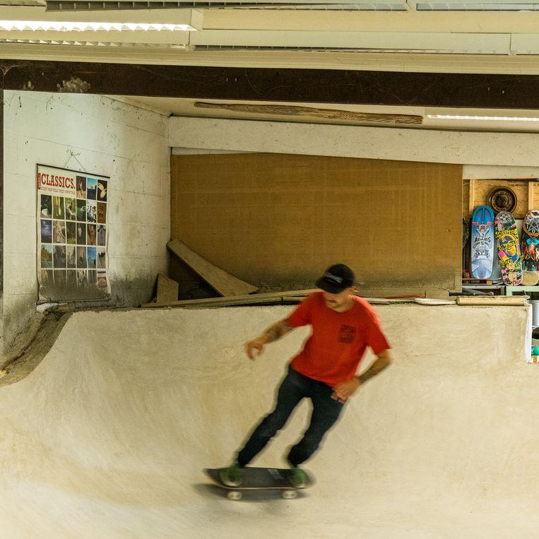 Jeff maakte zijn jongensdroom waar: een indoorskatepark in zijn achtertuin.  Beeld Luc Roymans