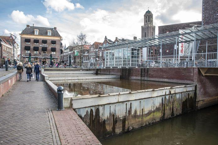 De watertrap langs het Rodetorenplein zoals het er nu bij ligt, zonder kunstwerk.