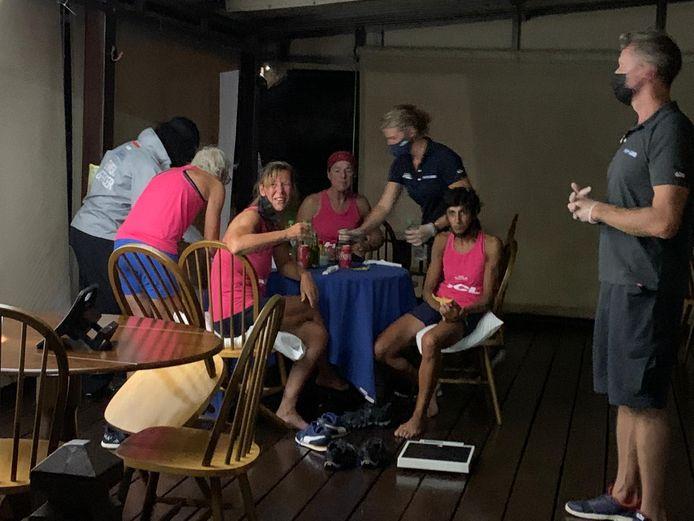 Helemaal uitgeblust zitten de Deventer Dutchess of the Sea aan tafel in een restaurantje bij de haven van Antigua. De vier vrouwen zijn net aangekomen na een 55-dagen durende roeitocht over de Atlantische Oceaan.