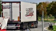 Zeventiger rijdt tegen zijkant van vrachtwagen: fietser vecht voor zijn leven