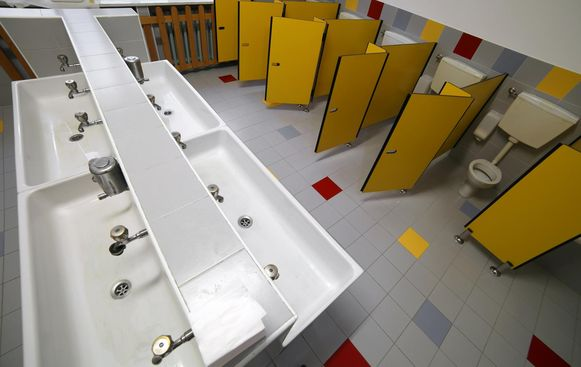 De twintiger lokte kinderen op een school naar het toilet en gaf hen een kus.