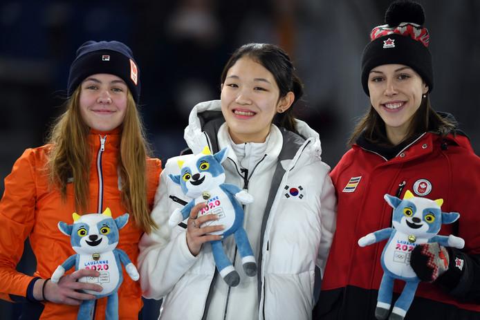 Culemborgse Michelle Velzeboer (links) won een zilveren medaille op de 500 meter shorttrack tijdens de Jeugd Olympische Spelen in  Lausanne. Whi Min Seo uit Zuid-Korea (midden) won goud, Florence Brunelle uit Canada pakte het brons.