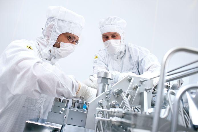Werknemers van ASML in één van de hightech stofvrije cleanrooms van de chipmachinemaker