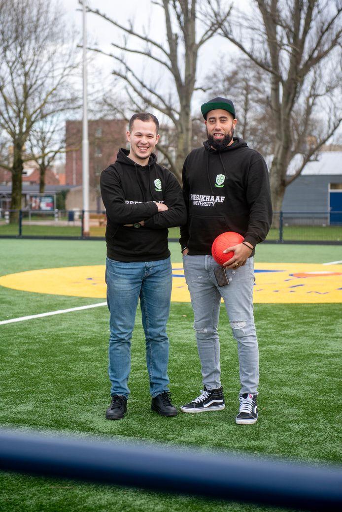 Melvin Kolf (rechts) met zijn compagnon Nabil El Malki. Samen richtten zij de Presikhaaf University op om jongeren uit de Arnhemse wijk Presikhaaf gelijke kansen te geven.