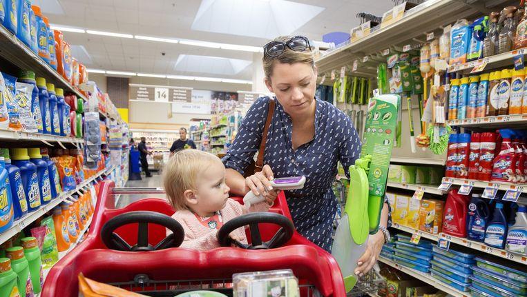 Een vrouw met haar kindje in een supermarkt in Washington. Beeld null