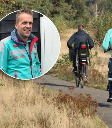 Ambulancebroeder Hessel op de fiets naar ongeval in Harderwijk, want de ambulance staat vast in het zand