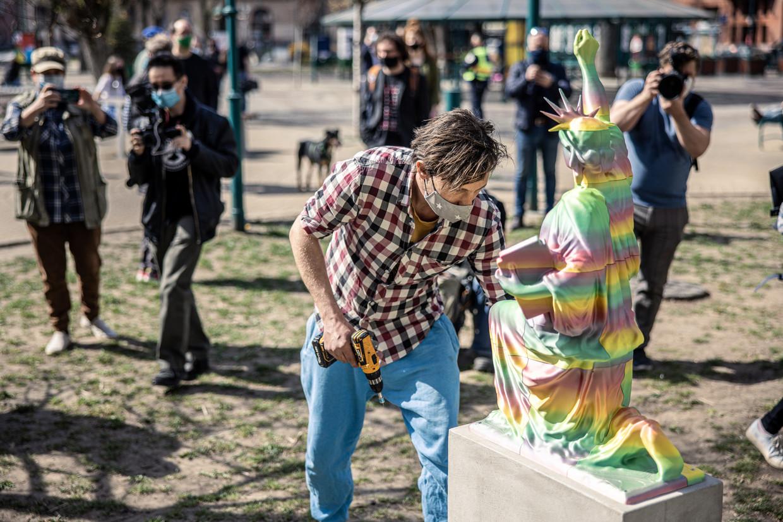 De Hongaarse kunstenaar Péter Szalay plaatst zijn kunstwerk in het negende district van Boedapest.   Beeld Ákos Stiller