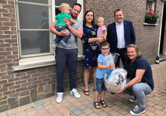 Paul Van Miert en schepen Jan Van Otten overhandigen een geschenkmand aan Marijn Van Lommel, Elke De Canne en hun kinderen Seb, Bas en Lien.