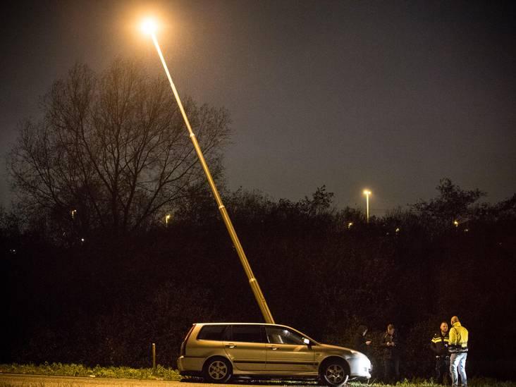 Auto vliegt uit de bocht op A65 Tilburg en raakt lantaarnpaal