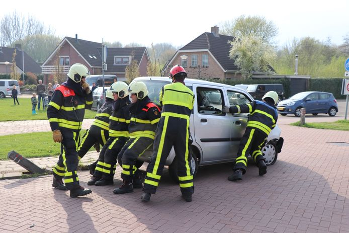 Auto botst op paaltje en kantelt in Giessen