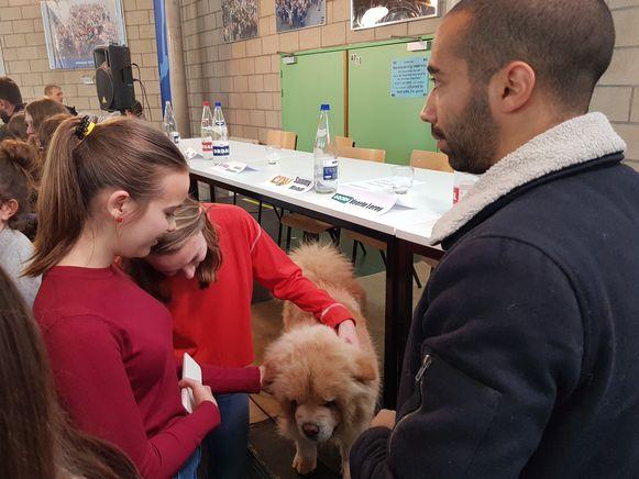 Na het debat op het Onze-Lieve-Vrouwinstituut ging Pamuk, de hond van Sammy Mahdi (CD&V), met de aandacht lopen.