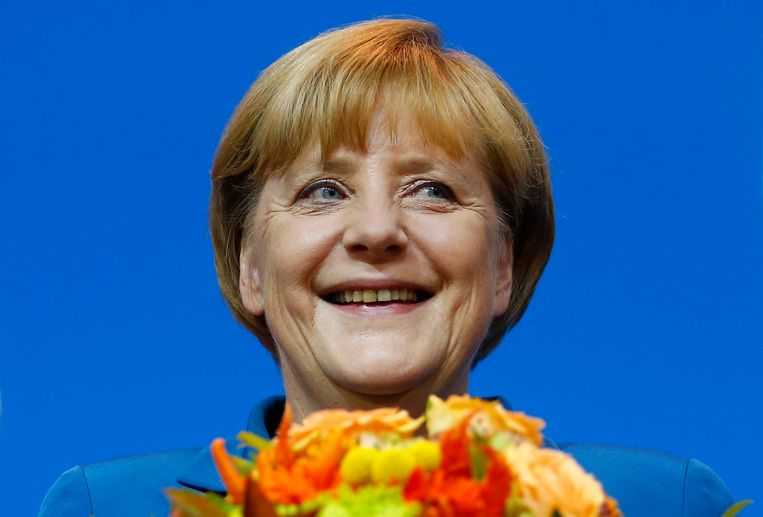 German Chancellor and leader of the Christian Democratic Union (CDU) Angela Merkel smiles as she receives flowers after first exit polls in the German general election (Bundestagswahl) at party headquarters in Berlin September 22, 2013.   REUTERS/Kai Pfaffenbach (GERMANY - Tags: POLITICS ELECTIONS HEADSHOT TPX IMAGES OF THE DAY) Beeld REUTERS