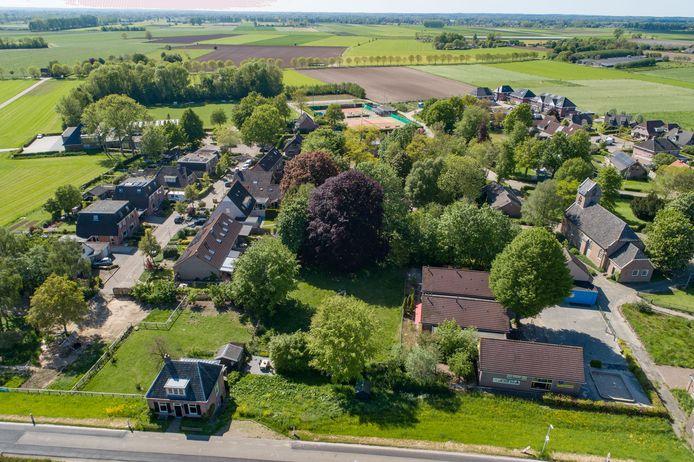 De voormalige schoolgebouwen van Welsum (rechtsonder) zullen plaatsmaken voor de achttien zorgappartementen.