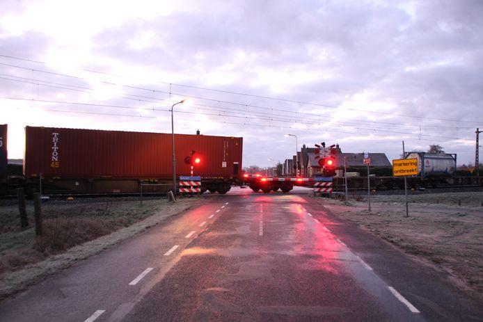 De trein staat stil ter hoogte van de Klokkendijk in Notter.