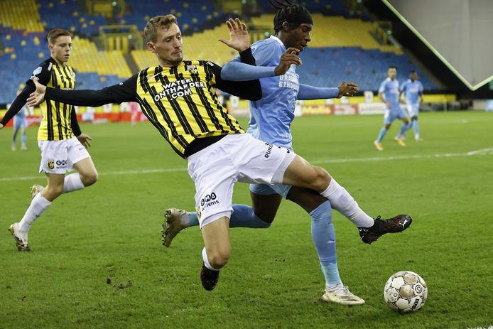 Thomas Hajek (L) in duel met Noni Madueke van PSV, eerder dit seizoen. Foto ter illustratie.
