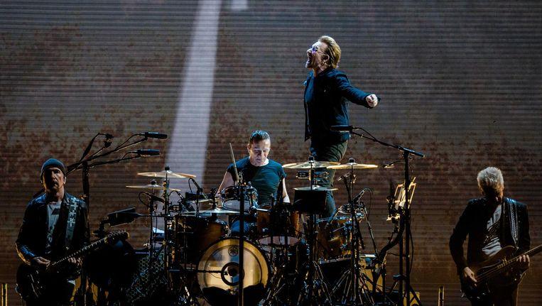 Hoewel herkenbaar, speelt U2 net iets te routineus en is Bono een tikkie slordig in zijn zang. Beeld anp