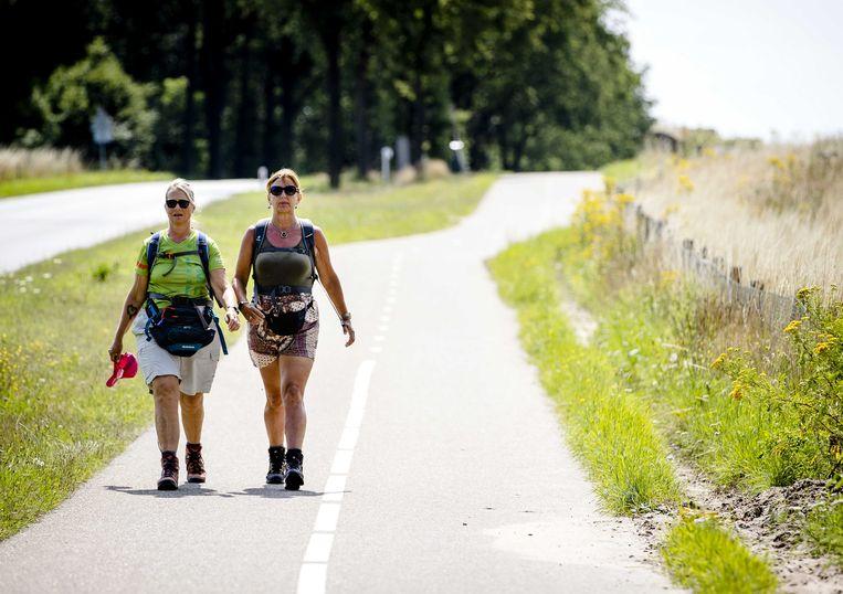Normaal nemen wandelaars pas op donderdag de Zevenheuvelenweg, maar tijdens deze Alternatieve Vierdaagse van Nijmegen mogen de lopers hun eigen route kiezen. Tussen de 15.000 en 20.000 wandelaars doen mee en registreren in een app hun individuele afstand. Na vier dagen wacht een echte medaille.   Beeld ANP