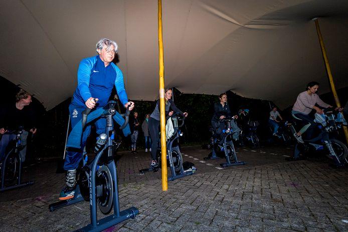Sportschool David Lloyd in Capelle aan den IJssel ging precies om 00.00 uur open! Burgemeester Peter Oskam trapte af met een uurtje spinnen.