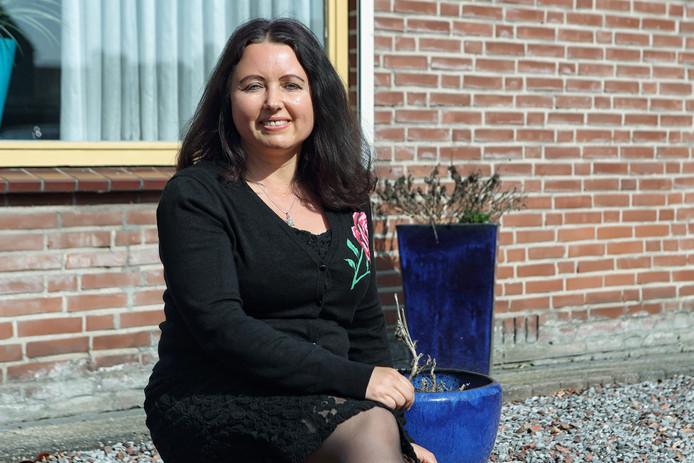 Carolien Bierings voor haar huis in Dinteloord. Foto: Chris van Klinken/Pix4Profs