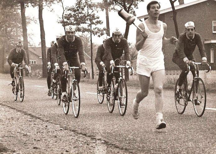 Theo Buiting, uiterst links, op weg tijdens de laatste kilometers naar Eindhoven. De fakkel was inmiddels overgedragen aan een hardloper.