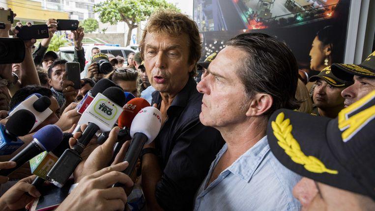 Programmamaker Derk Bolt en zijn cameraman Eugenio Follender staan voor een hotel in Colombiaanse Cucuta de pers te woord. De twee Spoorloos-journalisten werden tijdens opnames van het Nederlandse tv-programma ontvoerd door de Colombiaanse guerrillabeweging ELN.