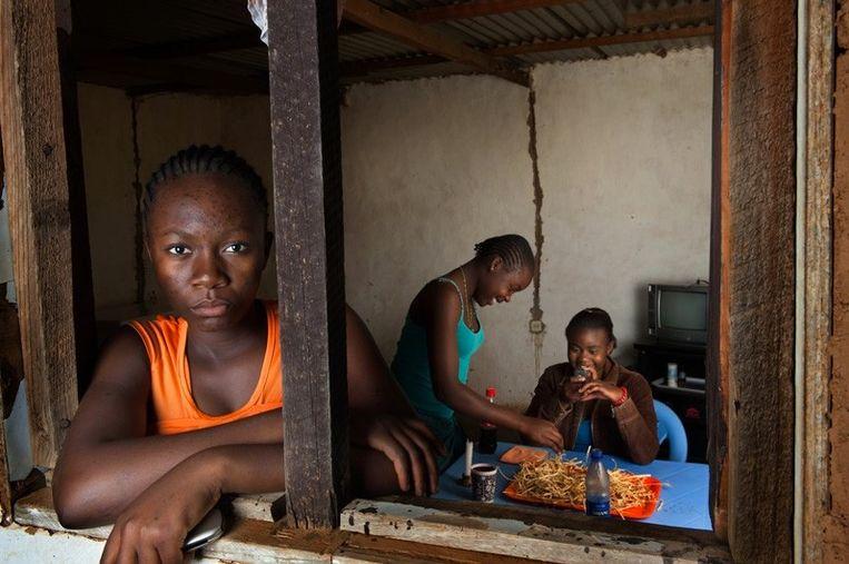 Loraine: 'Als ik in de spiegel kijk, dan zie ik een Congolees meisje, knap, intelligent, maar soms ongelukkig omdat haar ouders niet al haar wensen kunnen vervullen' Beeld Bénédicte Vanderreydt