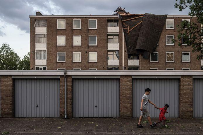 Een gedeelte van het dak van de flat aan de Hertog Eduardstraat in Tiel is weggewaaid.