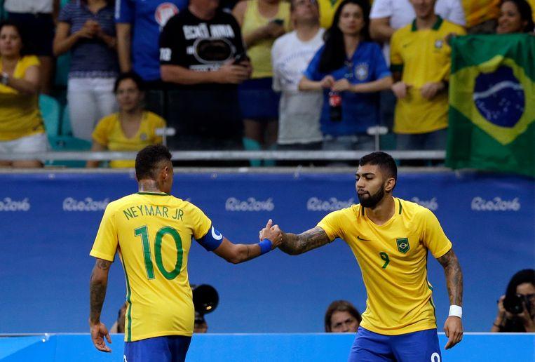 Gabriel Barbosa ontvangt felicitaties van Neymar.