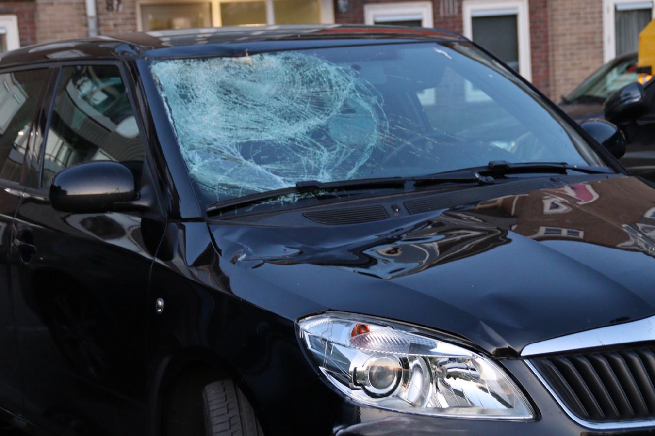 De zwarte Skoda die vermoedelijk betrokken was bij het ongeval aan de Spinozaweg in Utrecht werd gevonden aan de Johan Wagenaarkade in Oog in Al. De voorruit van de auto is gebarsten.