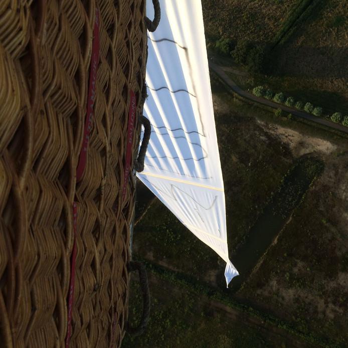Huwelijksaanzoek vanuit een luchtballon door Tim Schoot.